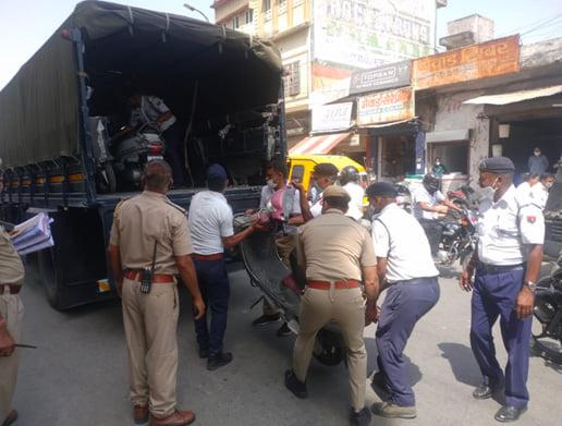 यातायात पुलिस की अवैध पार्किंग के खिलाफ कार्यवाही