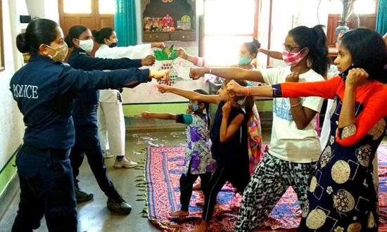 महिलाओ और बालिकाओं के लिए आत्मरक्षा शिविर शुरू